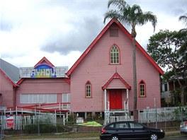 Pohled na kostelík před přestavbou. Sloužil jako divadlo pro místní ochotnický spolek.