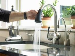 P�i myt� n�dob� napus�te vodu do d�ezu, umyjte jej a a� nakonec opl�chn�te pod tekouc� vodou.