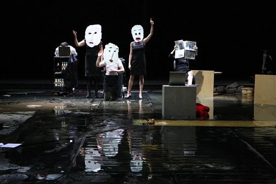 Přehlídka Theatertreffen 2011 - inscenace hry Elfriede Jelinek Dílo / V autobuse / Pád