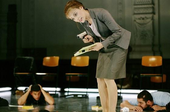 P�ehl�dka Theatertreffen 2001 - Nurkan Erpulat a Jens Hillje (voln� podle filmu La journ�e de la jupe Jeana-Paula Lilienfelda): ��len� krev (Verr�cktes Blut), re�ie Nurkan Erpulat