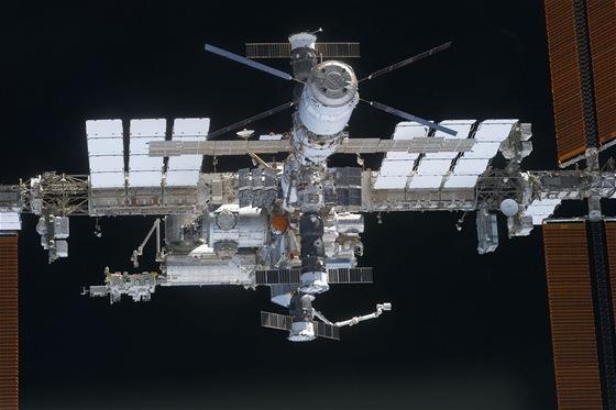 ISS a a v popředí ATV