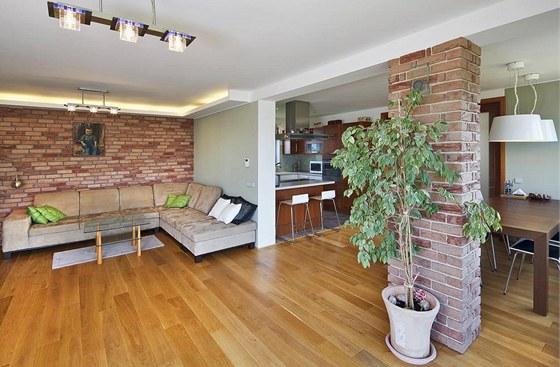 V interiéru dominuje dřevěná lamelová podlaha arežný cihelný obklad. Zdroj: www.mujdum.cz.