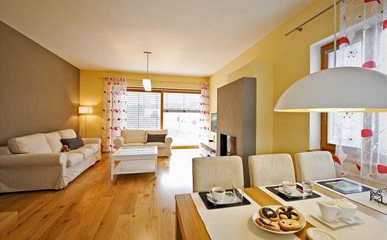 Ozdobou společné obývací části domu je dubová podlaha svýraznou kresbou. Většinu nábytku si majitelé vybrali vobchodním domě IKEA. Zdroj: www.mujdum.cz.