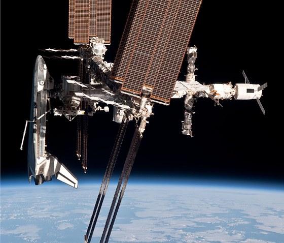 Raketoplán Endeavour připojený k ISS