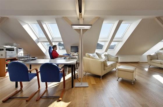Podkroví využívají manželé-projektanti k práci a také jako útočiště před dětmi. Mají zde své soukromí a klid.