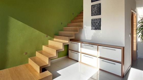 Vybudováním půdní vestavby se zvýšila úroveň bydlení i v přízemí, kde vznikl na úkor původního skladu velkorysý vstupní prostor s dominantou otevřeného schodiště do podkroví.
