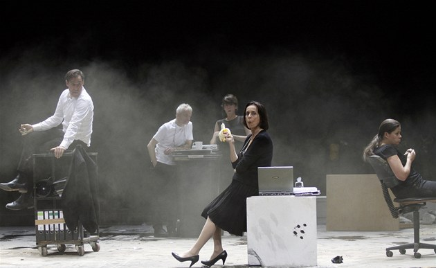P�ehlídka Theatertreffen 2011 - inscenace hry Elfriede Jelinek Dílo / V autobuse / Pád