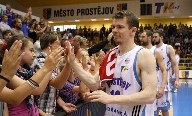 Basketbalisté Prost�jova se zdraví s diváky.