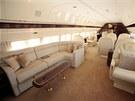 V letadle jsou i pohodlné pohovky s konferenčními stolky.