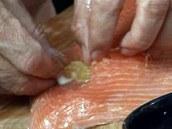 Do připravených kapsíček vložte kousky citronu zbavené kůry.
