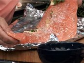 Připravený filet přendejte na grilovací alobal.