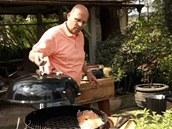 Připravený filet položte na horký rošt a přikryjte gril víkem.