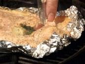 Průběžně kontrolujte, jak na tom grilovaný filet je.