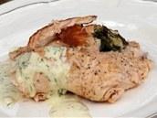 Každou porci lososa zakápněte čerstvě připravenou hořčičnou omáčkou.