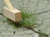 Kartáčem na dlouhé rukojeti jednoduše několikrát - podle potřeby - přejedete zarostlou spáru a plevel je pryč. Stačí ho zamést.