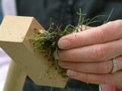 Když se kartáč zanese vytrhanými rostlinkami, jednouše ho ručně vyčistíte.