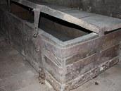 Stará pernštejnská truhla ve sklepení pod pardubickým zámkem