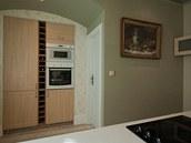 Místo nábytku použili designéři vestavnou spíž.