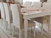 Ke stolu se vejdou i hosté.