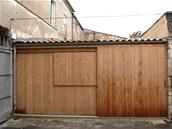 Fasádu z masivních fošen architekti  zvolili s ohledem na stávající okolní domky a vrata v ulici.