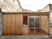 Vstupní prostor, obdélníkové nádvoříčko, má otevřenou střechu a slouží jako zdroj přirozeného světla i odvětrávání.