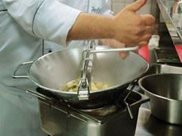 Vařené brambory propasírujte.