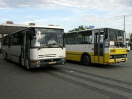 Náhradní autobusy čekají před pardubickým nádražím (16. června 2011)