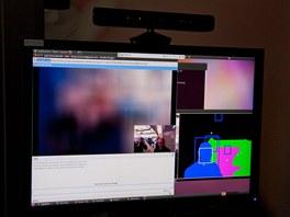 Vlevo vidíme rozostřenou obrazovku, protože partner na druhé straně se dívá mimo obrazovku.