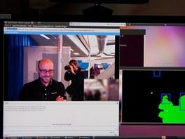 Stačí pohled do kamery a obraz se zaostří. Zelená barva ve vedlejším okně indikuje blízké objekty.