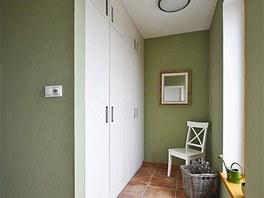 Součástí zádveří je pohodlná malá šatna svestavěnými skříněmi zMDF desek sdezénem břízy. Zdroj: www.mujdum.cz.