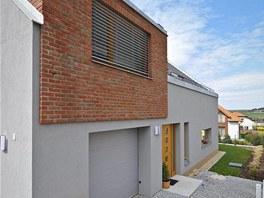Vikýře vpodkroví mají krychlový tvar, ploché střechy ajsou zvýrazněny cihelným obkladem. Zdroj: www.mujdum.cz.