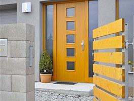 Vstupní branka avjezdová vrata byly vyrobeny zocelových profilů adřevěných prken vsouladu sarchitekturou domu. Zdroj: www.mujdum.cz.