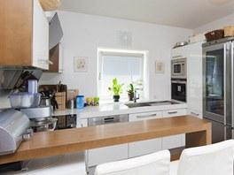 Kuchyni odděluje od obýváku snídaňový pult.