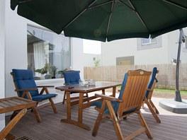 Nová terasa funguje v létě jako příjemný obývací pokoj.