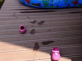 Malá Claudie po sobě zanechává všude stopy. A také boty.