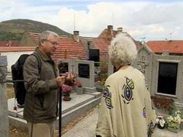 Václav Cílek a Květa Fialová na hřbitově ve Ctiněvsi