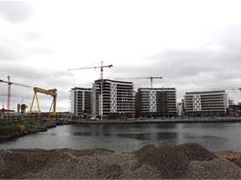 V Belfastu v nové čtvrti Titanic Quarter vyrůstají domy, kanceláře i výzkumné středisko místní univerzity. Celý regenerační projekt má stát asi miliardu liber v přepočtu 28,4 miliardy korun.