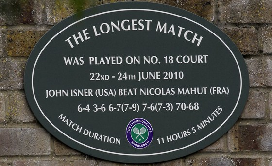 Tabulka na wimbledonsk�m dvorci �. 18 p�ipom�naj�c� nejdel�� z�pas v d�jin�ch tenisu mezi Johnem Isnerem a Nicolasem Mahutem