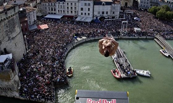 SKOK DO HLUBIN. Michal Navr�til obsadil v z�vod� Red Bull Cliff Diving v La Rochelle druh� m�sto.