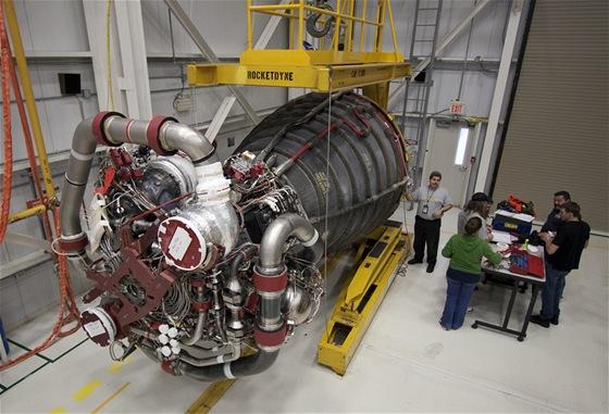 Motor raketoplánu, který se stal předlohou pro umělou srdeční pumpu.