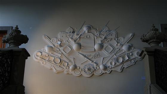 Erb galerie Křehký od Maxima Velčovského vypadá, jako kdyby byl vytvořen přímo