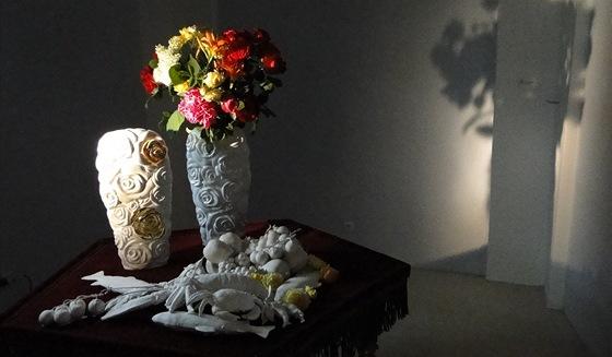 Vázu Buquet tvoří porcelánové květy (Daniel Piršč).