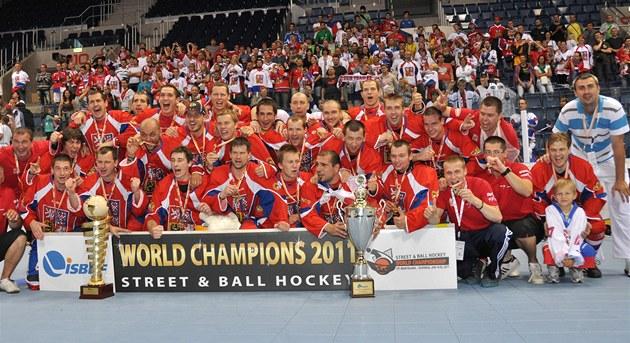 MISTŘI. Čeští hokejbalisté vyhráli v Bratislavě mistrovství světa.