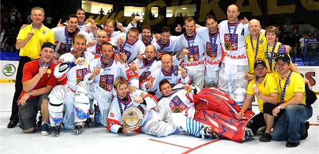 ŠAMPIONI. Čeští in-line hokejisté poprvé v historii slaví titul mistrů světa