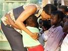 Michelle Obamov� si hraje s d�tmi ve slumu na p�edm�st� Zandspruit Johannesburgu (21. �ervna 2011)