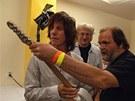 Peter Jurkovi� (vpravo) a Stefan Milkov p�ed�vaj� Jeffu Beckovi kytaru