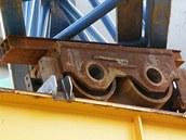 Vzpříčený vozík nesoucí mostní konstrukci. Snímek několik dnů před katastrofou.