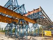 Zasouvan� mostn� konstrukce nad trat� n�kolik dn� p�es ne�t�st�m.