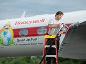 Gulfstream G450 při tankování biopaliva Honeywell