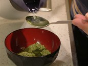 K práškovému zelenému čaji přidejte dvě lžíce vroucí vody.